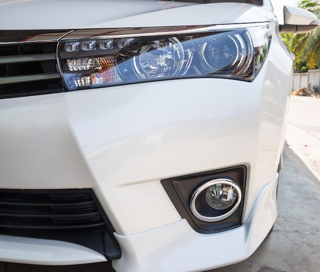 Gros plan des phares d'une voiture blanche moderne avec feux de jour à del