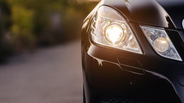 Gros plan des phares de voiture de luxe moderne