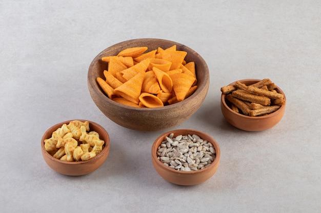 Gros plan photo d'apéritifs frais dans des bols sur une surface grise.