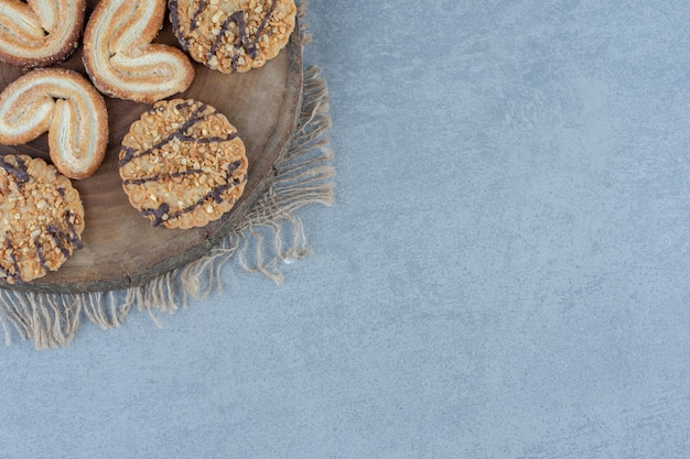 Gros plan photo de biscuits au sésame faits maison sur planche de bois.