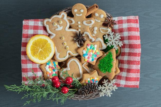 Gros plan photo de biscuits de noël faits maison.