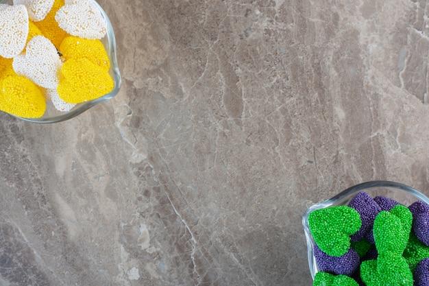 Gros plan photo de bonbons colorés de la saint-valentin sur fond gris.