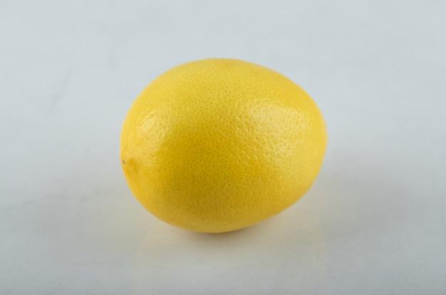 Gros plan photo de citron frais sur fond blanc.