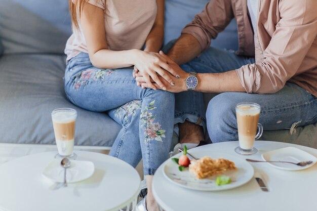 Gros plan photo d'un couple d'amoureux se détendre sur la terrasse du café d'été.
