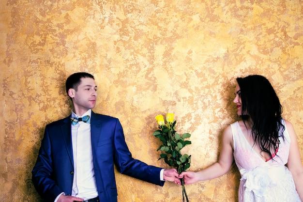 Gros plan photo d'un couple heureux avec des fleurs