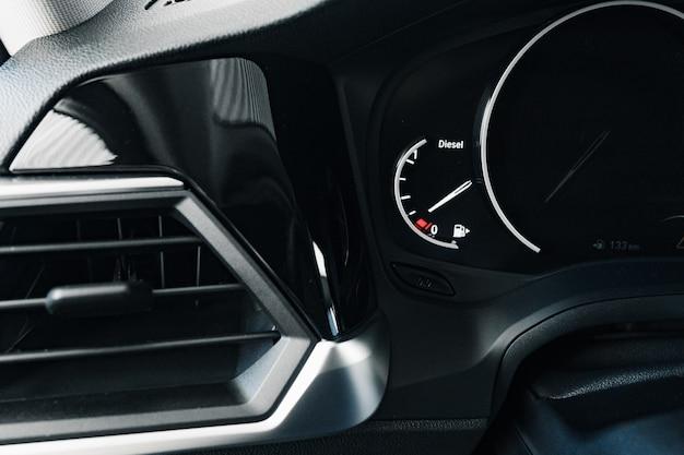 Gros plan photo du compteur de vitesse dans une voiture
