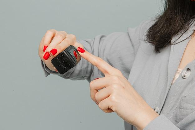 Gros plan photo femme dans un masque facial avec oxymètre de pouls sur son doigt, vérifie sa santé