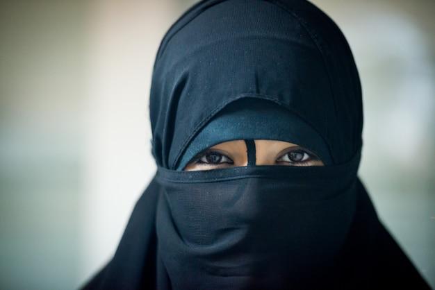 Gros plan photo d'une femme musulmane portant un voile noir