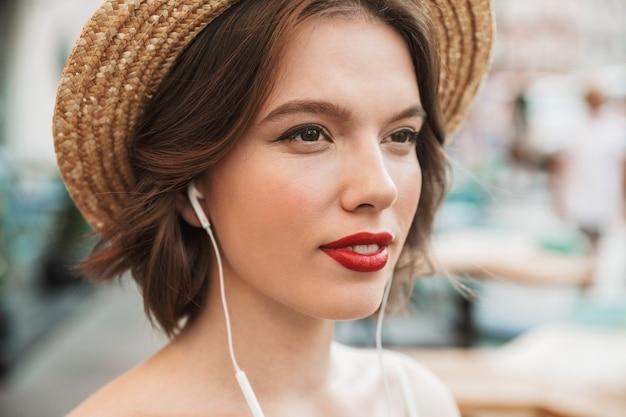 Gros plan photo de femme en robe et chapeau de paille