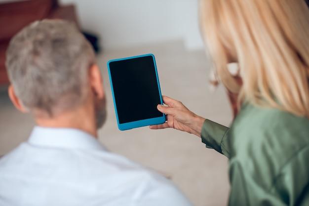 Gros plan photo de femme tenant une tablette