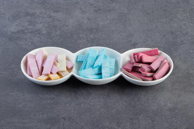 Gros plan photo de gencives colorées sur plaque blanche.