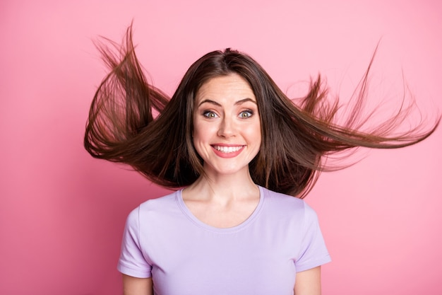 Gros plan photo d'une jolie jolie fille mignonne profiter de sa coupe de cheveux air fly porter des vêtements de style décontracté isolés sur fond de couleur pastel