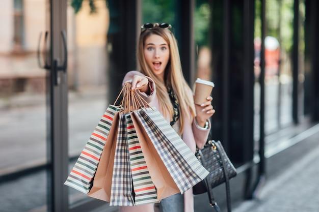 Gros plan photo. look de rue, tenue. femme avec forfait shopping. des détails.