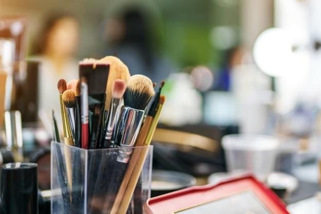 Gros plan photo de pinceaux de maquillage dans le salon de beauté