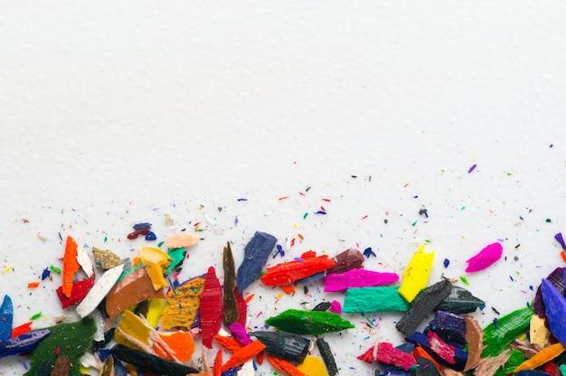 Gros plan photo de restes de crayon de couleur à utiliser comme arrière-plan.