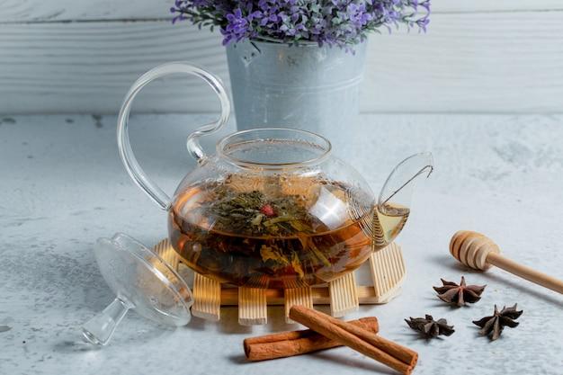 Gros plan photo de thé fraîchement infusé dans une théière.