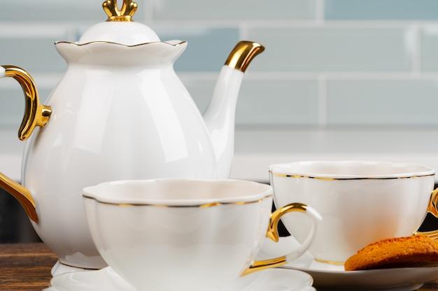 Gros plan photo de vaisselle en porcelaine pour le thé