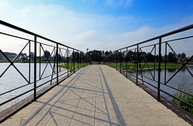 Gros plan photographié du pont sur lequel marchent les piétons