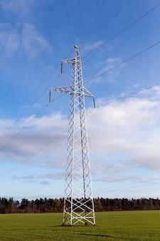 Gros plan photographié d'un nuage sur un ciel bleu. petite profondeur de champ. au premier plan de la ligne électrique