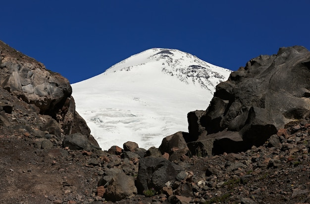 Gros plan sur le pic oriental couvert de neige du mont elbrus dans le caucase du nord en russie