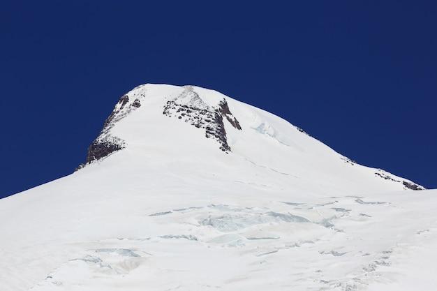 Gros plan sur le pic ouest couvert de neige du mont elbrus dans le caucase du nord en russie.