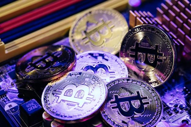 Gros plan de pièces de monnaie bitcoins isolés sur la carte mère