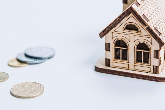 Gros Plan Des Pieces De Monnaie Pres De La Petite Maison Photo Gratuite