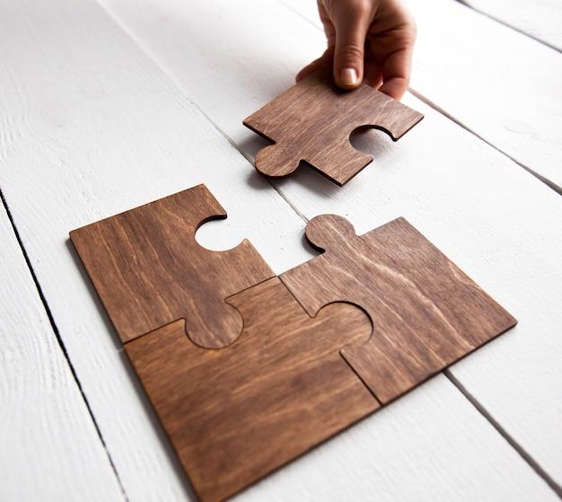 Gros plan sur les pièces de puzzle de connexion main