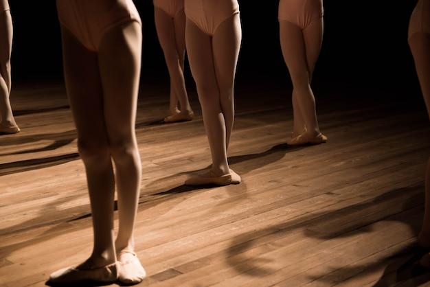 Gros plan des pieds dans la classe de danse de ballet pour enfants.