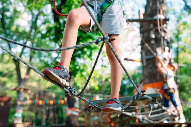 Gros plan des pieds d'un enfant passant un obstacle