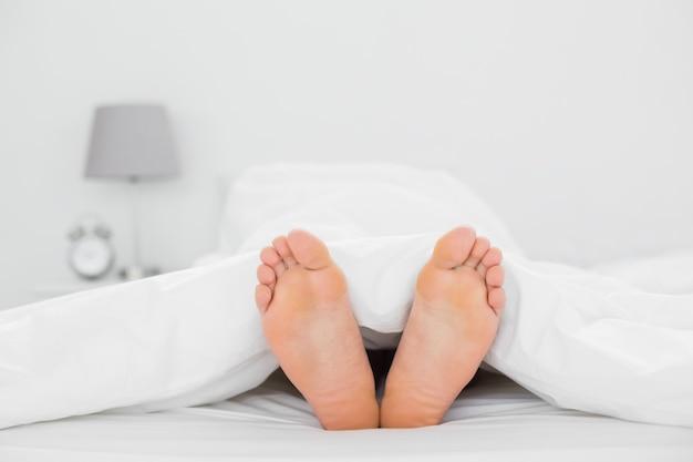 Gros plan, pieds nus, lit