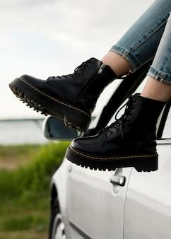 Gros plan des pieds près de la voiture