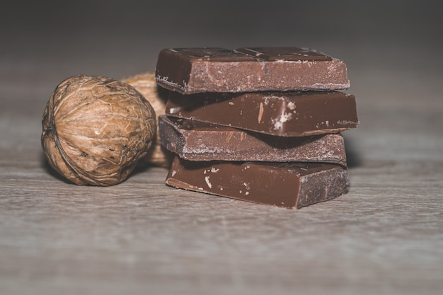 Gros plan d'une pile de chocolats aux noix décortiquées