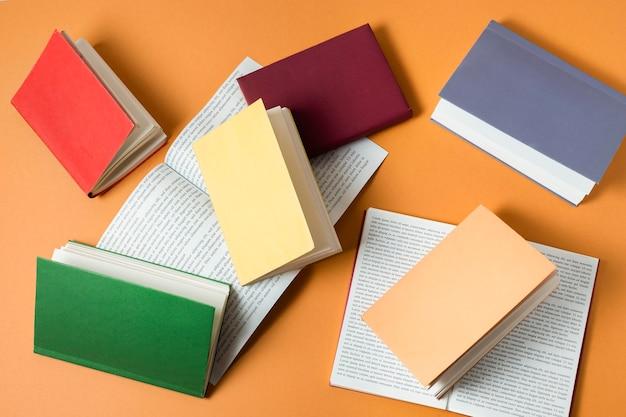 Gros plan sur une pile de livres colorés
