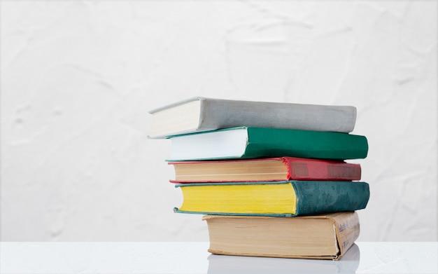 Gros plan sur pile de livres isolés