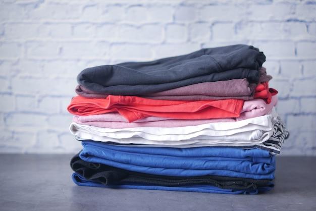 Gros plan d'une pile de vêtements sur la table
