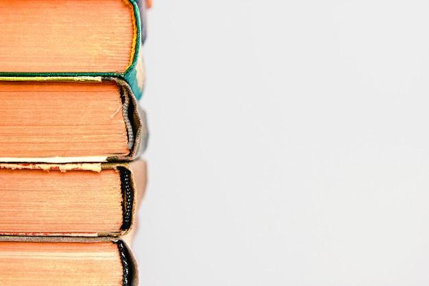 Gros plan d'une pile de vieux livres d'occasion en arrière-plan pile de vieux livres cartonnés vintage retour à l'école