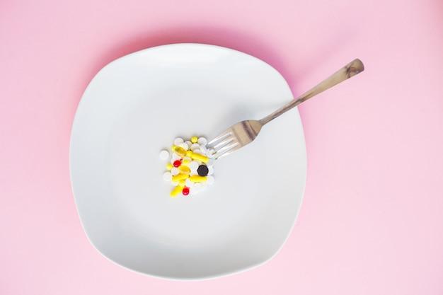 Gros plan, de, pilules, sur, plaque compléments alimentaires. pilules de variété. capsules de vitamines sur plaque