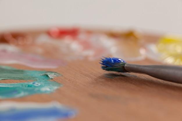 Gros plan, de, pinceau, et, palette, contre, blanc, surface