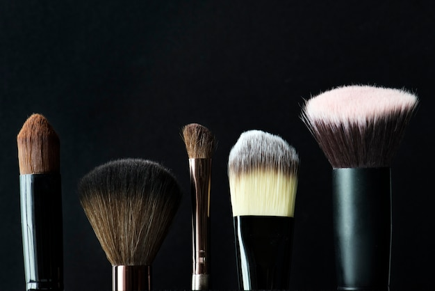 Gros plan de pinceaux cosmétiques