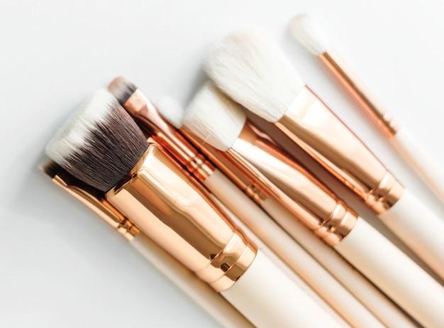 Gros plan de pinceaux de maquillage sur fond blanc