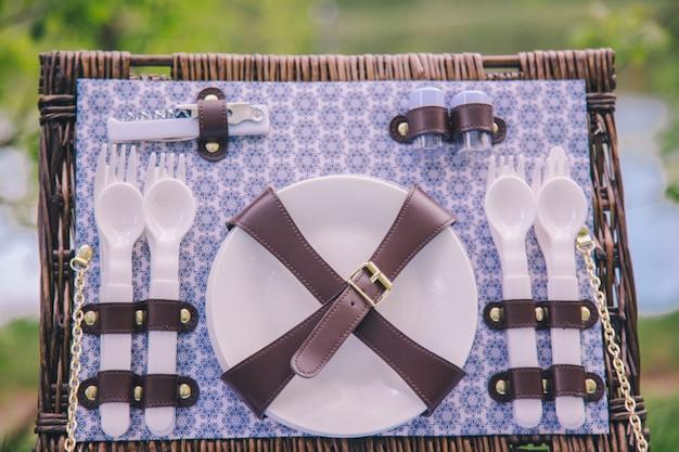 Gros plan, pique-nique, valise, panier, assiettes, cuillères, fourchettes