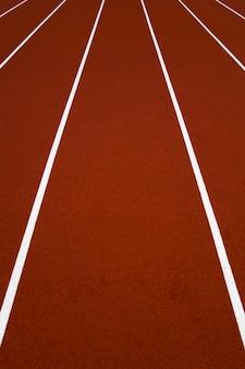 Gros plan de la piste de course du stade rouge