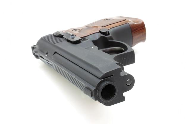 Le gros plan d'un pistolet une cible et des cartouches est isolé