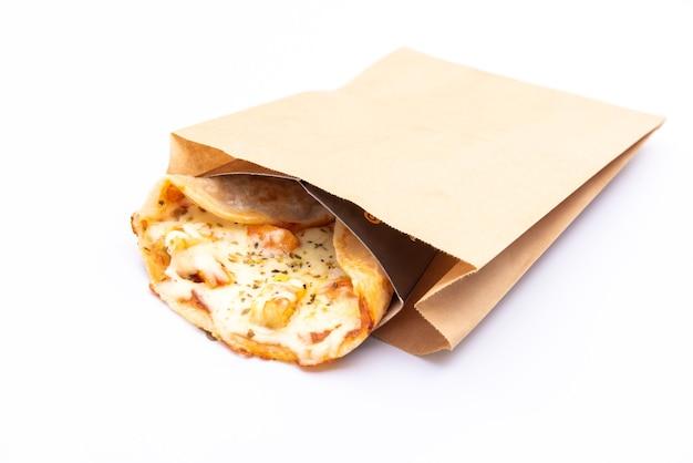 Gros plan d'une pizza dans une boîte en carton sur fond blanc livraison de pizza. carte des pizzas.
