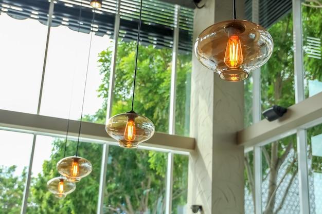 Gros plan plafonnier suspendu avec décoration ampoule style luxe