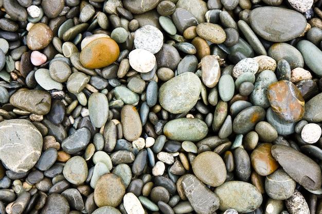 Gros plan d'une plage de galets sur la côte ouest