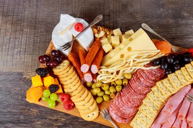 Gros plan d'une planche à découper avec la composition du fromage assort