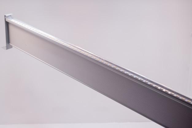Gros plan d'une planche de métal avec des led utilisées pour l'éclairage des plantes en serre, fond isolé