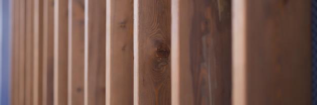 Gros plan de planches de bois sur fond de mur décoré. concept de design d'intérieur